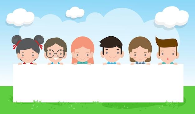 Glückliches kindertageshintergrundplakat mit glücklichen kindern, die zeichen halten, kinder, die hinter plakat gucken Premium Vektoren