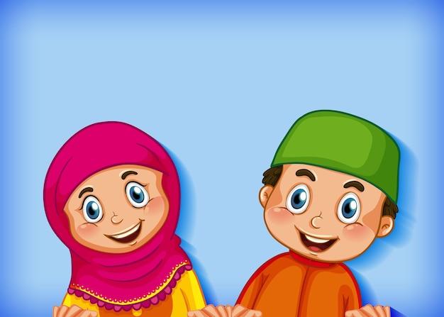 Glückliches muslimisches paar auf farbverlaufshintergrund Kostenlosen Vektoren