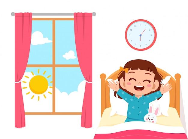 Glückliches nettes kleinkindmädchen wachen auf Premium Vektoren