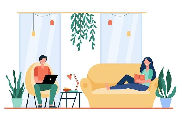 Glückliches paar, das auf sofa und im sessel im wohnzimmer ruht, buch liest, film auf laptop sieht. Kostenlosen Vektoren