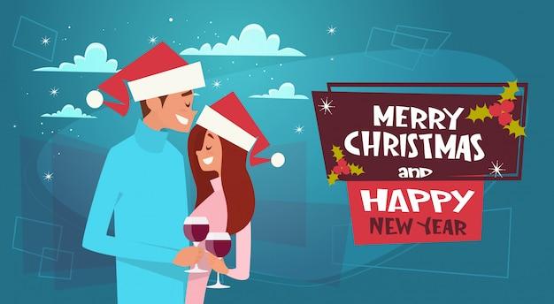 Glückliches paar in santa hats auf frohe weihnachten und happy new year poster umarmen Premium Vektoren