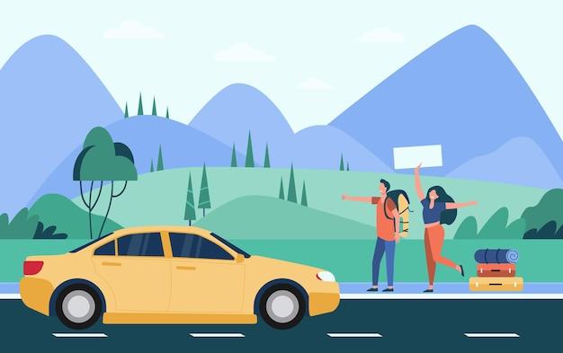 Glückliches paar von touristen mit rucksäcken und campingzeug per anhalter auf der straße und daumen gelbes auto Kostenlosen Vektoren