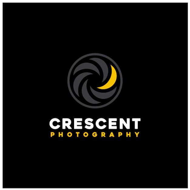 Goldenes halbmondlicht mit verschlusslinse für fotofotografie-logoentwurf Premium Vektoren