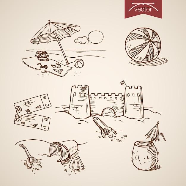 Gravur vintage handgezeichnete sandburg, ball, ticket, cocktail, bikini, tasche auf strand sammlung. Kostenlosen Vektoren