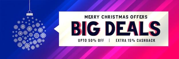 Große weihnachtsverkaufsfahne mit dekorativem balldesign Kostenlosen Vektoren