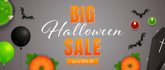 Großer halloween sale schriftzug, trank, kerzen, fledermäuse Kostenlosen Vektoren