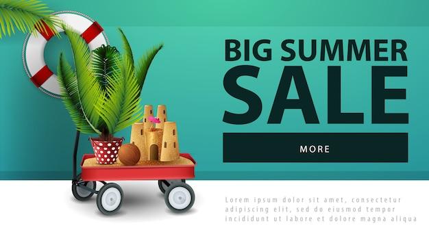 Großer sommerschlussverkauf, rabattnetzfahne mit gartenwarenkorb mit sand, sandburg und eingemachter palme Premium Vektoren