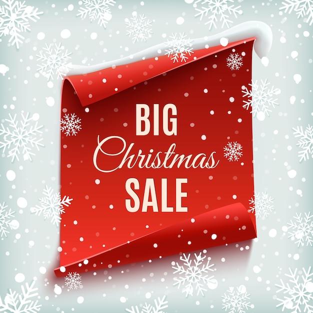 Großes weihnachtsverkaufsplakat. rote, gebogene papierfahne auf winterhintergrund mit schnee und schneeflocken. Premium Vektoren