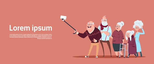 Gruppe ältere leute, die selfie-foto mit selbststock-modernem großvater und großmutter machen Premium Vektoren