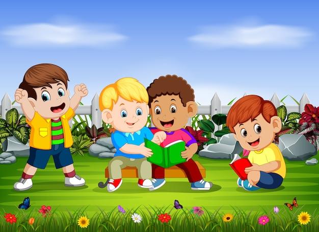 Gruppe der kinder las das buch zusammen Premium Vektoren