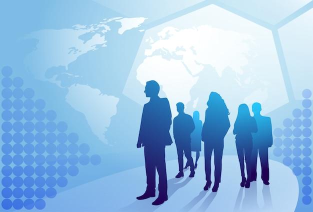 Gruppe geschäftsleute silhouette, die über weltkarten-hintergrund-wirtschaftler team concept gehen Premium Vektoren