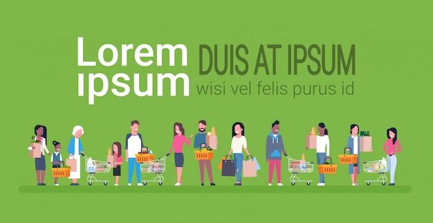 Gruppe von personenen-einkauf, der papiertüten, körbe und warenkörbe voll von den lebensmittelgeschäft-produkten hält Premium Vektoren