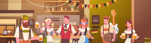 Gruppe von personenen-getränk-bier im bar-oktoberfest-parteifeier-mann und frau, die fest-konzept der traditionellen kleidung trägt Premium Vektoren