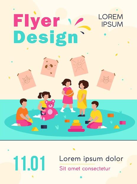 Gruppe von verschiedenen kindern, die in kindergartenfliegerschablone spielen Kostenlosen Vektoren