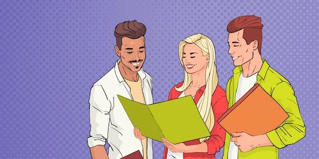 Gruppenstudenten der jungen leute, die über pop art colorful retro lesen Premium Vektoren