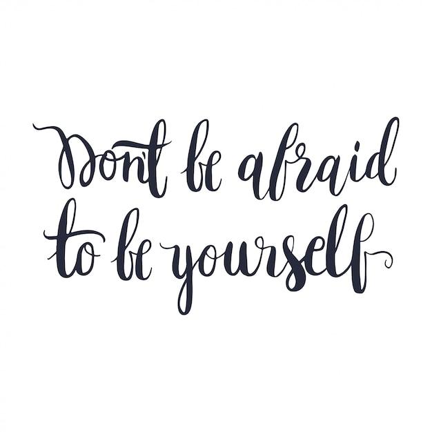 Hab keine angst, du selbst zu sein. handgezeichnete vektor-schriftzug. Premium Vektoren