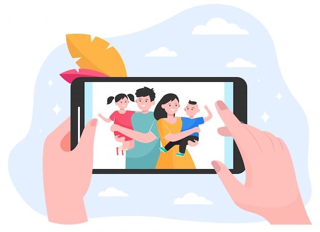 Hände der person, die familien- und kinderfoto beobachtet Kostenlosen Vektoren