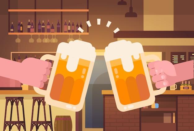 Hände, die bier-leute in der kneipe oder im bar-restaurant zujubelndem partei-feier-festival-konzept klirren Premium Vektoren