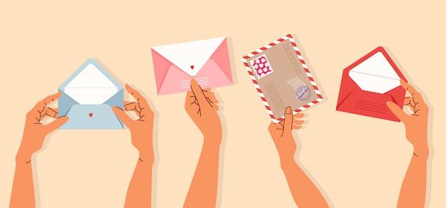 Hände halten umschläge. vielzahl von isolierten händen, die postkarten und umschläge halten. trendige handgezeichnete illustration für banner-, grußkarten- und briefpapierdesign. postzustellung und post Premium Vektoren