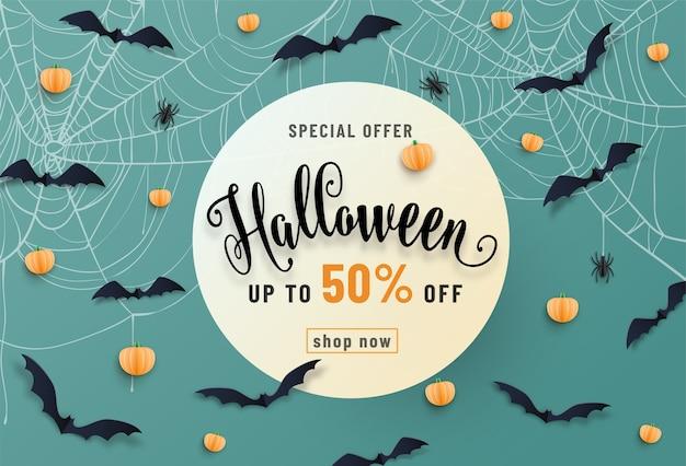Halloween-verkaufsfahne, mit fledermäusen, spinne, spinnennetz, kürbis, schriftart-schrifttext. papierschnittstil. Kostenlosen Vektoren