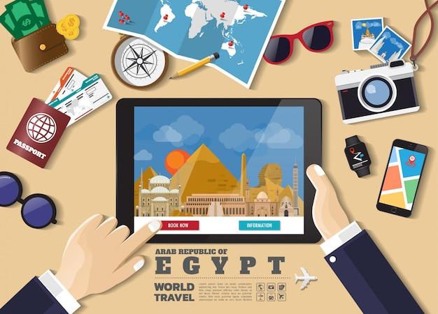 Hand, die intelligentes tablettenbuchungsreiseziel hält. ägypten berühmte orte. Premium Vektoren