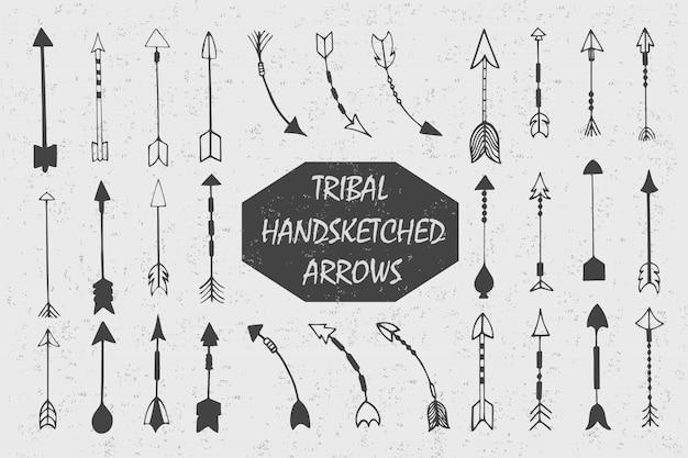 Hand gezeichnet mit der stammes- weinlese der tinte eingestellt mit pfeilen. ethnische illustration, traditionelles symbol der indianer. Kostenlosen Vektoren