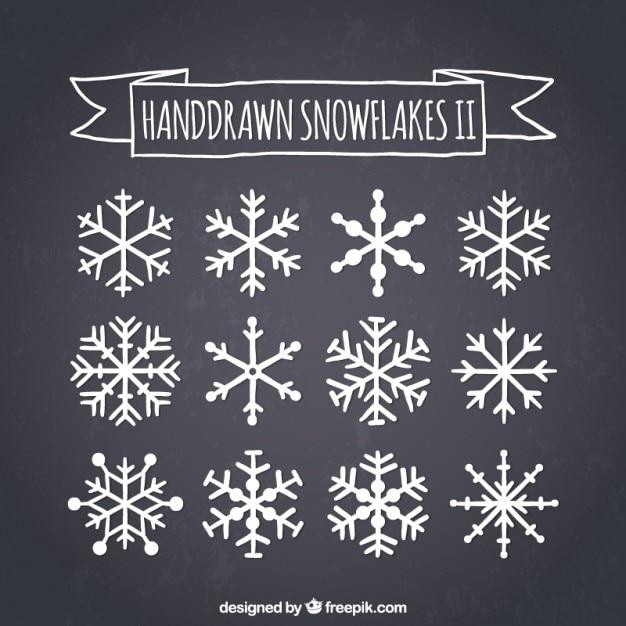 Hand gezeichnet schneeflocken auf tafel Kostenlosen Vektoren