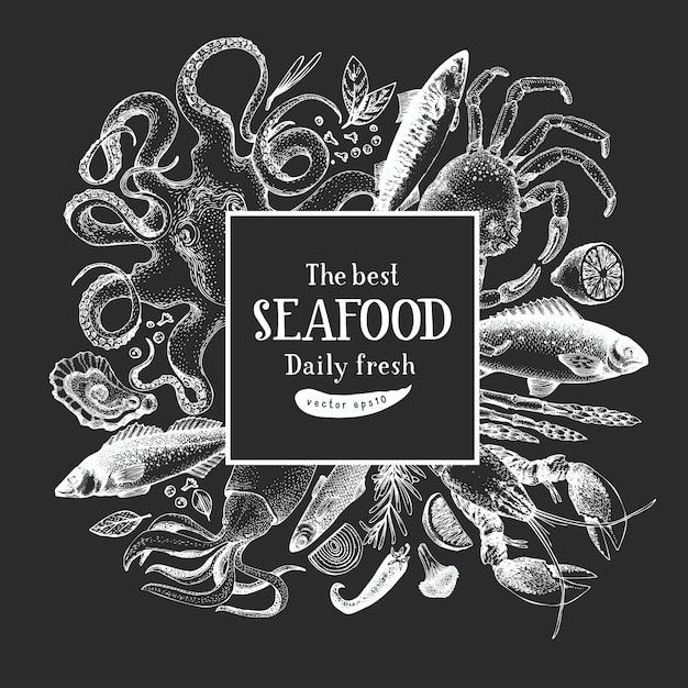 Hand gezeichnete meeresfrüchte-entwurfsschablone. vektor-krabbenfische und austernillustrationen auf kreidetafel. vintage marine hintergrund Premium Vektoren