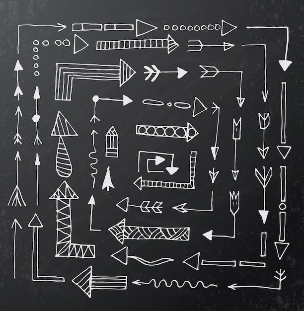 Hand gezeichnete pfeilikonen stellten auf schwarzes kreidebrett ein Premium Vektoren