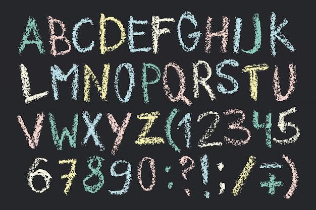 Hand gezeichneter wachsstiftstift. handschriftliches alphabet in der kreidebrettart. Premium Vektoren