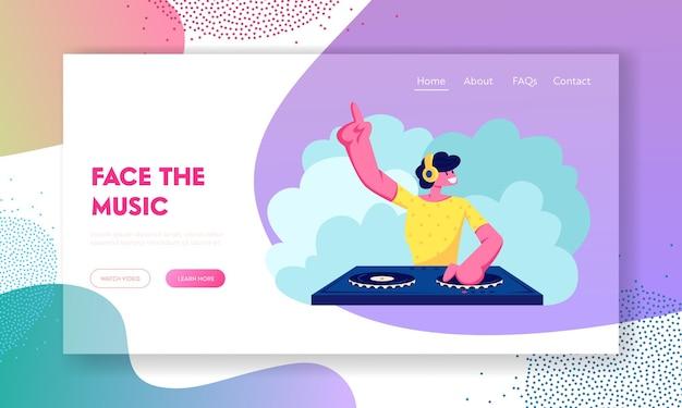 Happy dj male character spielt und mischt musik in der night club disco oder auf der beach party. landing page der website für spaß, jugend, unterhaltung und festkonzepte Premium Vektoren