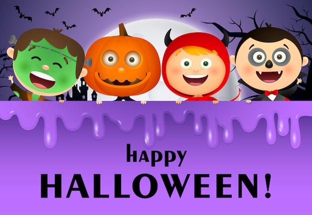 Happy halloween schriftzug, mond und kinder in kostümen Kostenlosen Vektoren