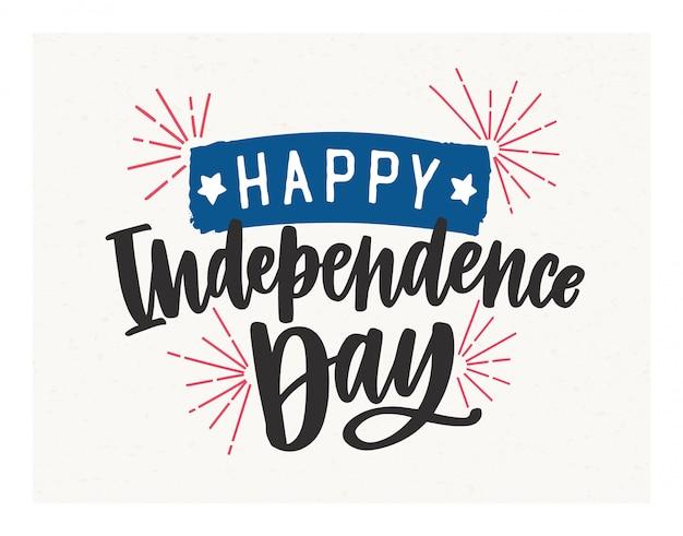 Happy independence day schriftzug mit eleganter kursivschrift geschrieben und mit feuerwerk und klebeband verziert. Premium Vektoren