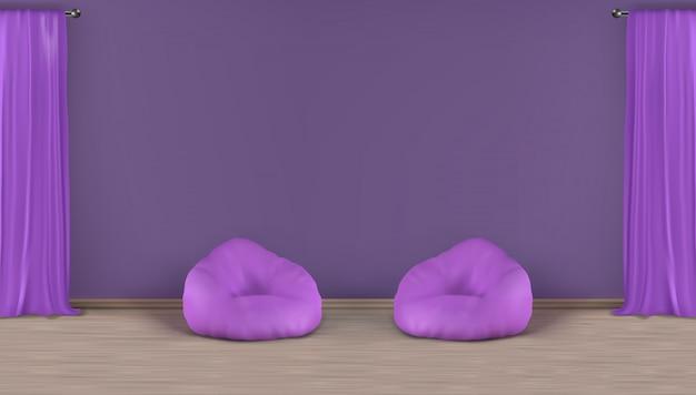 Hauptwohnzimmer, minimalistic violetter innenhintergrund des realistischen vektors der aufenthaltsraumzone mit leerer wand hinter zwei sitzsackstühlen auf lamelliertem boden, schwere vorhänge des fensters auf metallischer stangenillustration Kostenlosen Vektoren