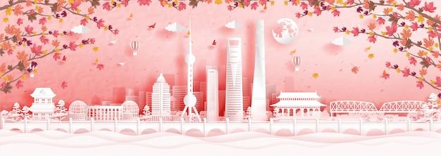 Herbst in shanghai, china mit fallenden ahornblättern und weltberühmten wahrzeichen in papierschnittartillustration Premium Vektoren