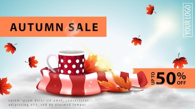 Herbstverkauf, helles rabattnetzbanner für ihre website mit tasse heißem tee und warmem schal Premium Vektoren