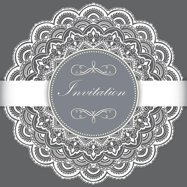 Hochzeitseinladungs- und -mitteilungskarte mit dekorativer runder spitze mit arabeskenelementen. Kostenlosen Vektoren