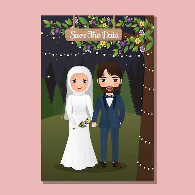 Hochzeitseinladungskarte der niedlichen muslimischen paarkarikatur der braut und des bräutigams mit dem schönen blumenhintergrund Premium Vektoren