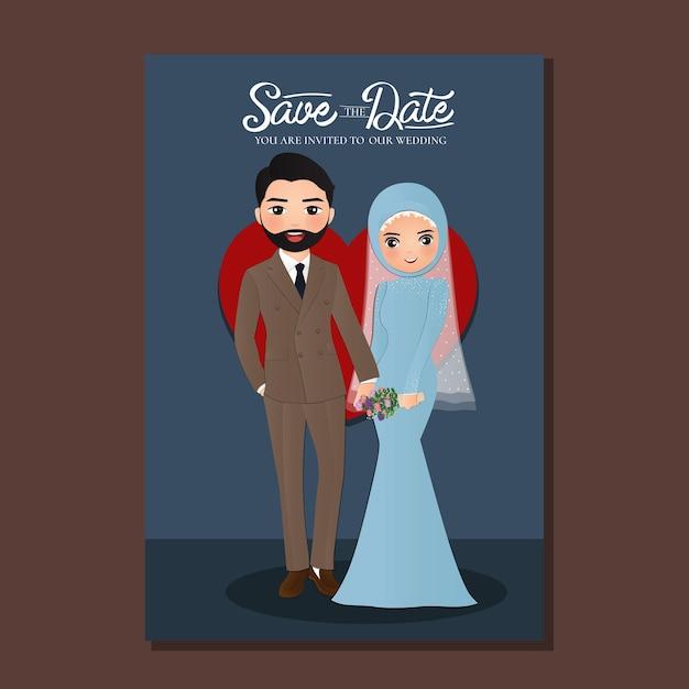 Hochzeitseinladungskarte der niedlichen muslimischen paarkarikatur der braut und des bräutigams mit rotem herzen Premium Vektoren
