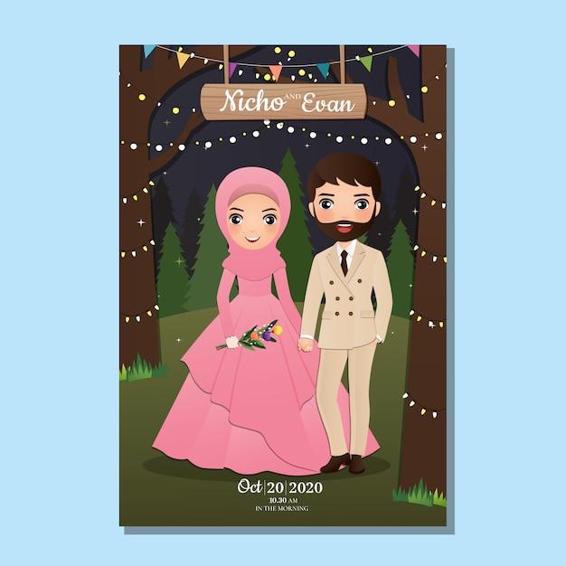 Hochzeitseinladungskarte die braut und bräutigam niedlichen muslimischen paar cartoon mit landschaft schönen hintergrund Premium Vektoren