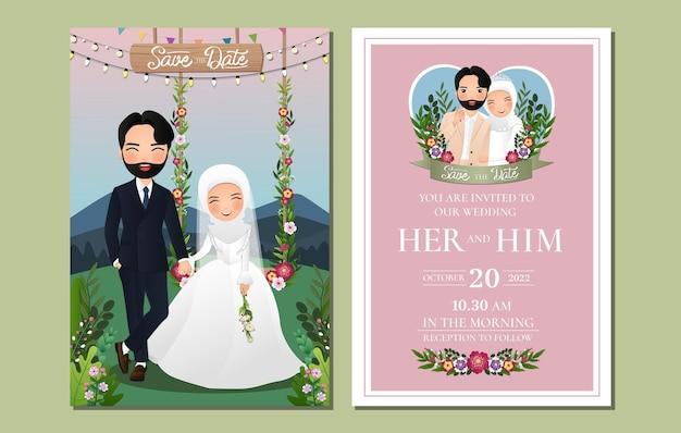 Hochzeitseinladungskarte die niedliche muslimische paarkarikaturfigur der braut und des bräutigams, die auf schaukel sitzt, verziert mit blumen Premium Vektoren