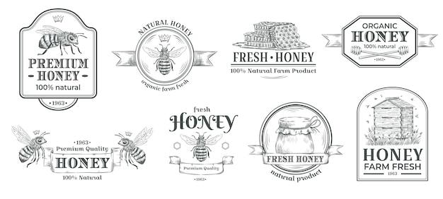 Honigfarm abzeichen. imkereilogo, retro-bienenabzeichen und handgezeichnetes metetikettvektorillustrationsset der weinlese Premium Vektoren