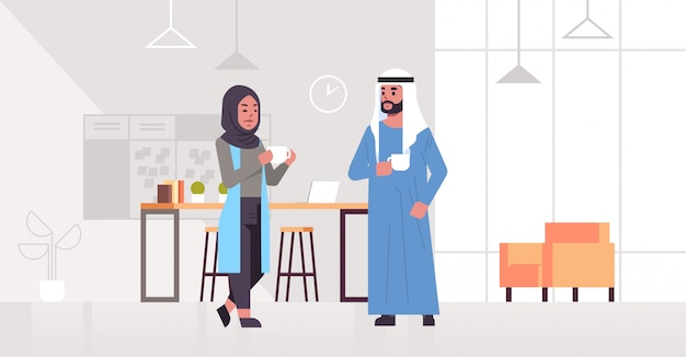 Ic geschäftsleute paar trinken cappuccino arabischen geschäftsmann frau diskutieren während des treffens kaffeepause konzept moderne büro lounge bereich innenraum in voller länge horizontal Premium Vektoren