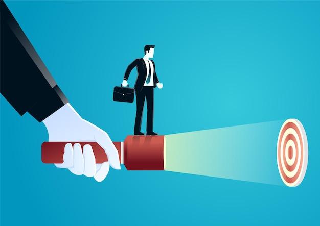 Illustration der riesigen hand, die eine taschenlampe hält, die geschäftsmann hilft, verstecktes ziel aufzudecken. Premium Vektoren
