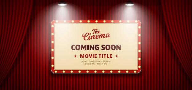 In kürze film im kinodesign. altes klassisches retro- theateranschlagtafelzeichen auf rotem theaterhauptvorhanghintergrund mit doppeltem hellem scheinwerfer Premium Vektoren