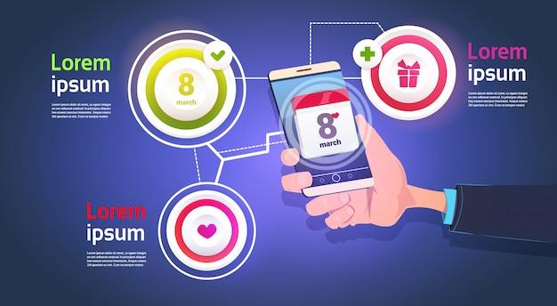 Infographic-elemente für den 8. märz mit der hand, die intelligenten telefon-glücklichen frauen-tagesschablonen-hintergrund hält Premium Vektoren