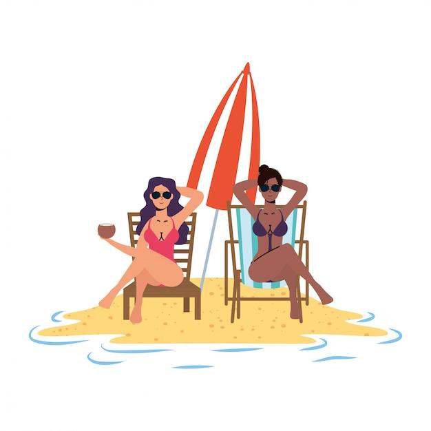 Interracial mädchen entspannen am strand sitzen in stühlen und regenschirm Premium Vektoren