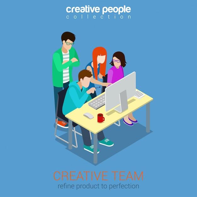 Isometrisches konzept der brainstorming-kreativteamleute. werbeagenturarbeitsprozess-teamwork um tabelle mit laptopillustration. Premium Vektoren