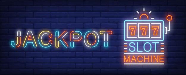 Jackpot gewinner leuchtreklame. dreifaches sevens auf spielautomat auf backsteinmauerhintergrund. Kostenlosen Vektoren