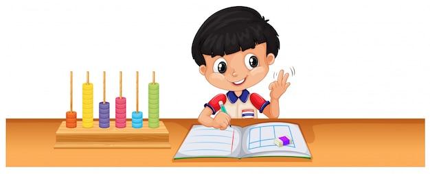 Junge, der mathe auf dem schreibtisch berechnet Kostenlosen Vektoren